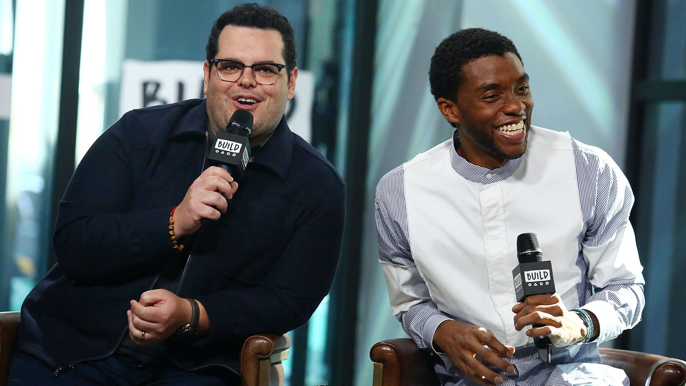 Josh Gad og Chadwick Boseman smiler under intervjuet