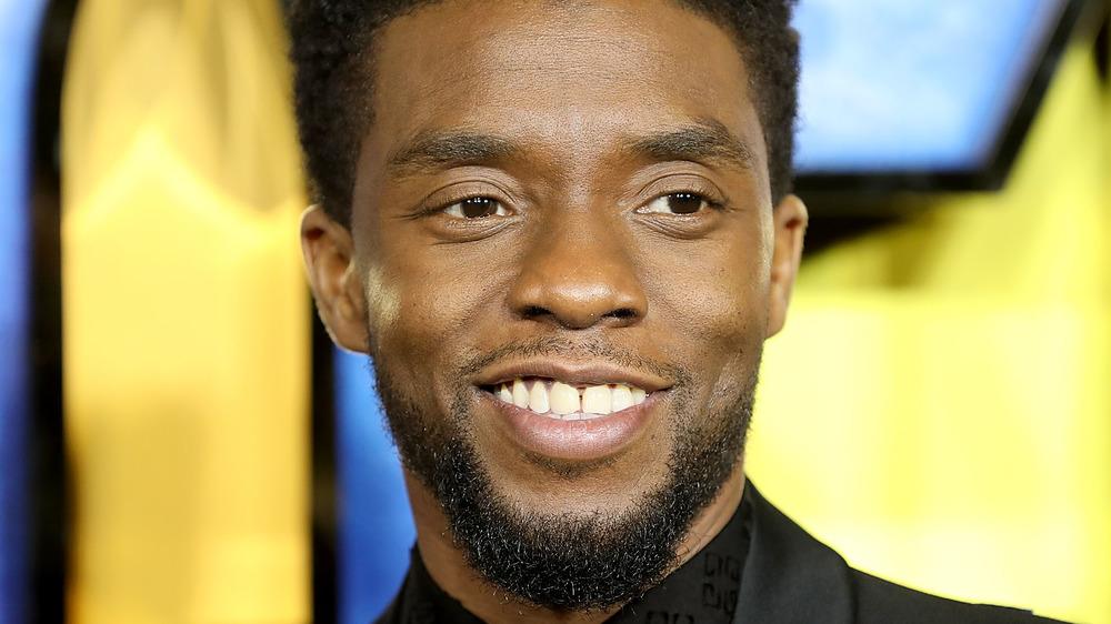 Chadwick Boseman smiler på den røde løperen