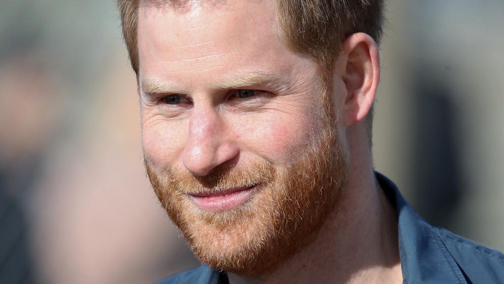 Prins Harry smiler etter kameraene