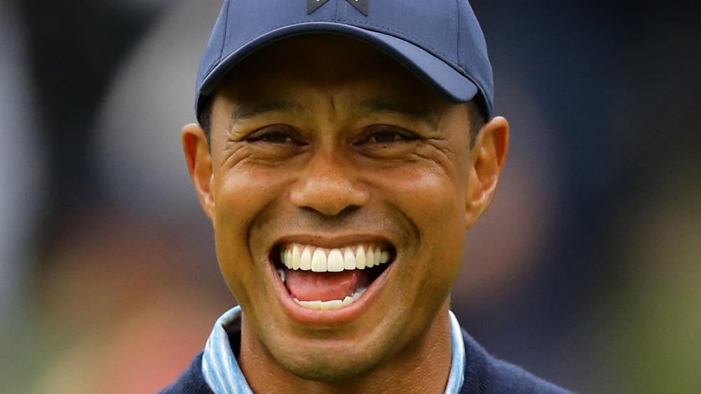 Tiger Woods ler mens han spiller golf