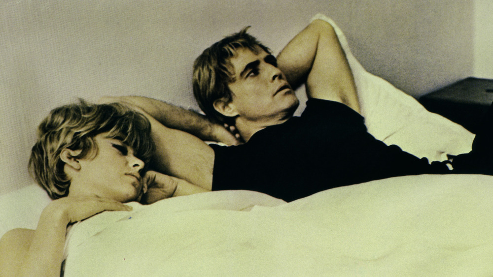 Rita Moreno og Marlon Brando ligger i sengen
