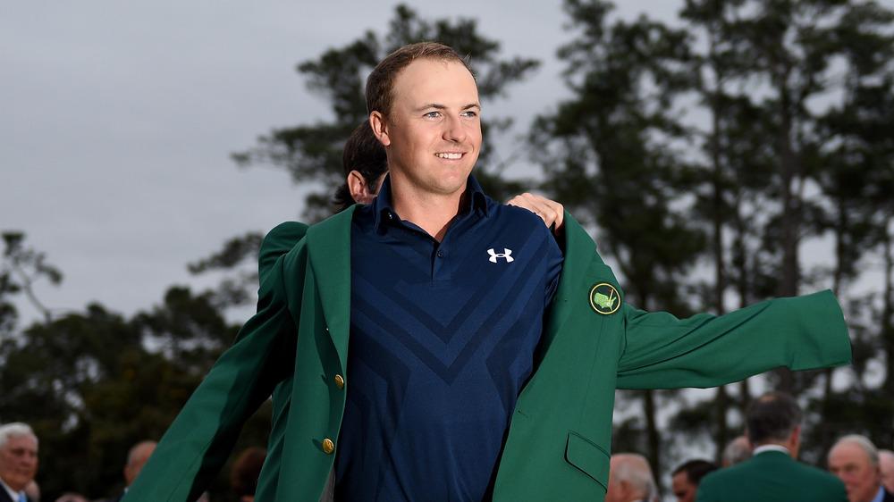 Jordan Spieth tar på seg den grønne Masters-jakken