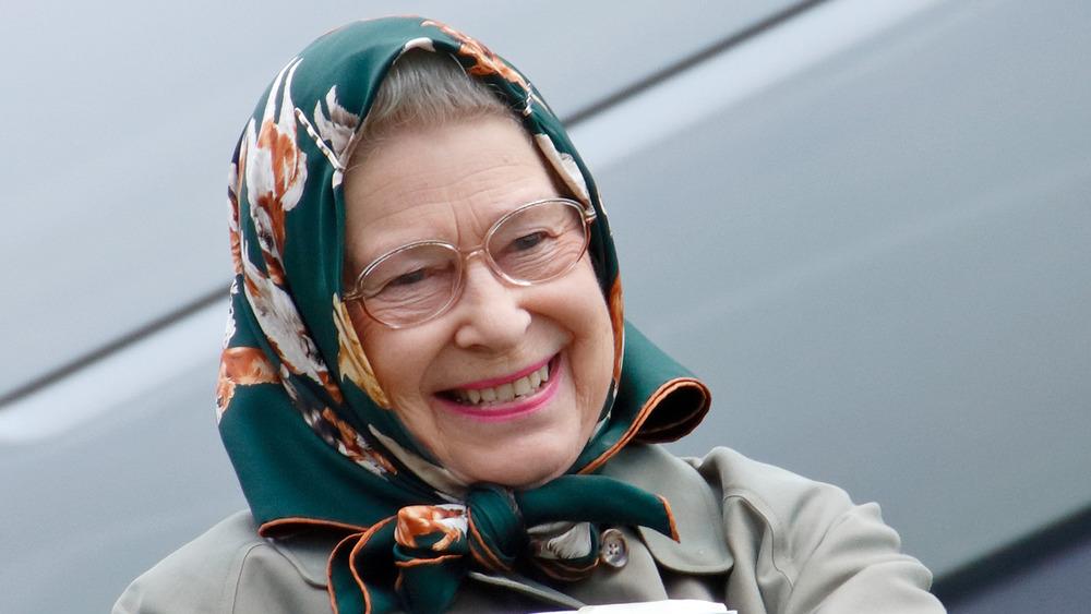 Dronning Elizabeth smiler til et arrangement