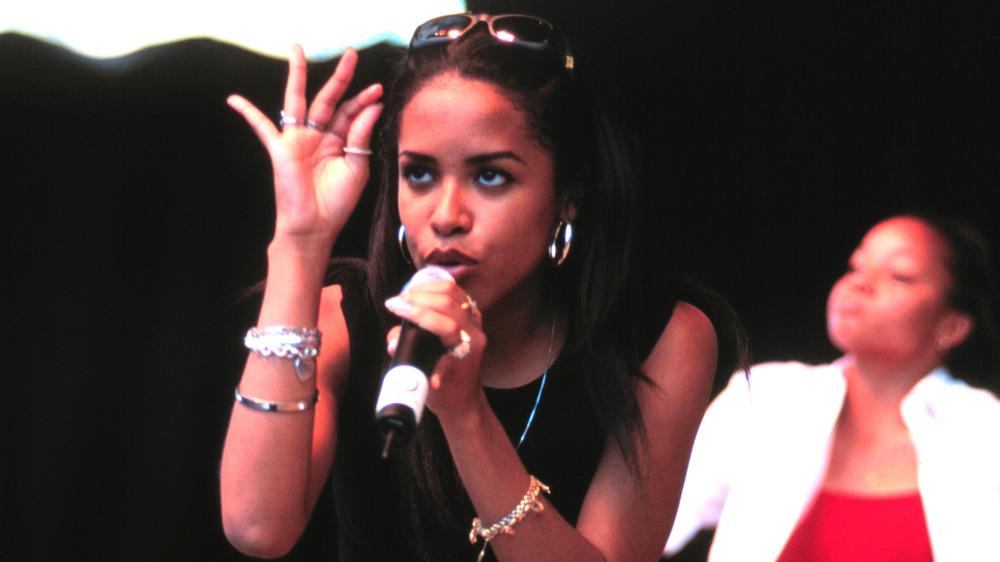 Aaliyah opptrer på arrangementet