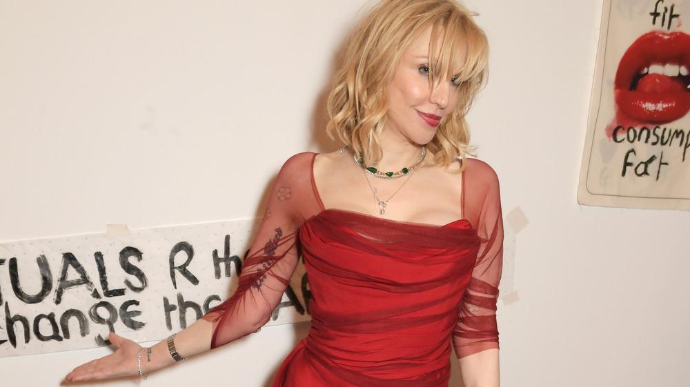 Courtney Love poserer i en rød kjole