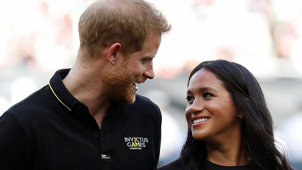 Prins Harry og Meghan Markle smiler til hverandre