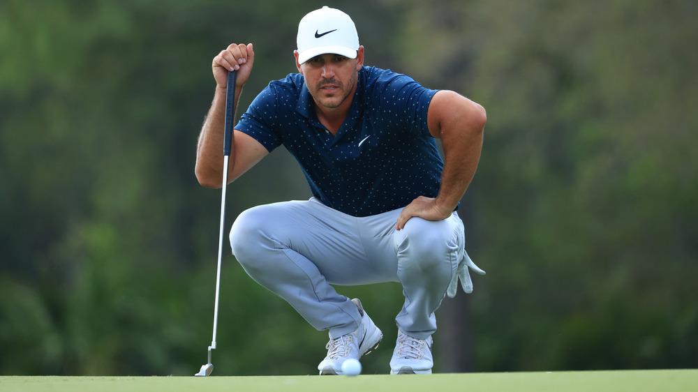 Brooks Koepka huk ned på golfbanen
