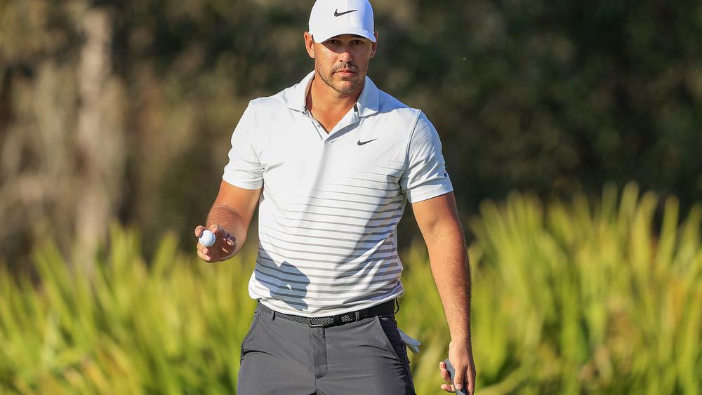 Brooks Koepka går med golfball i hånden