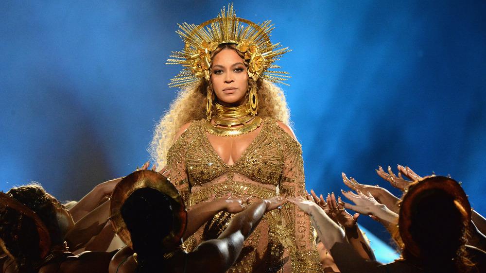 Beyonce opptrer på Grammy Awards