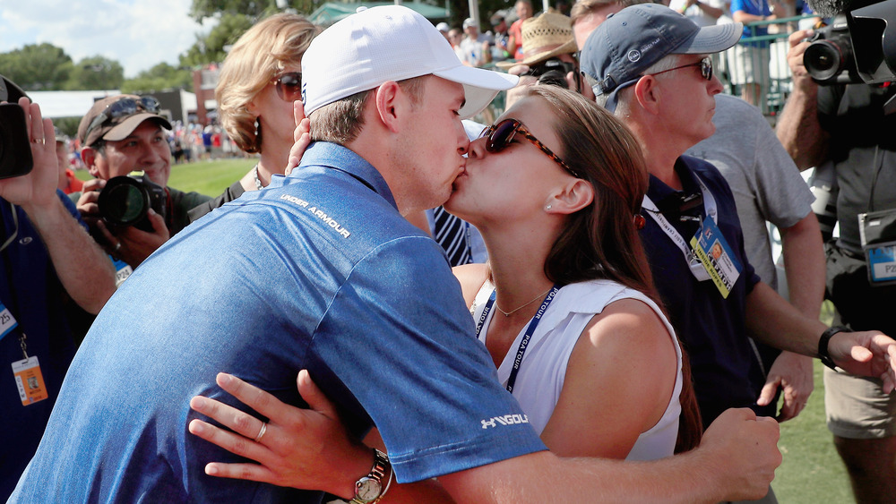 Jordan Spieth og Annie Verret kysser