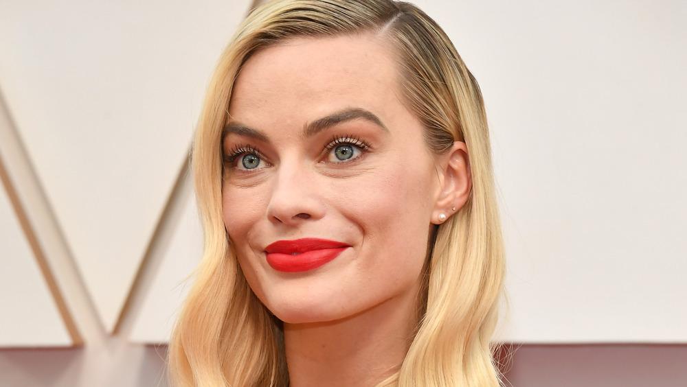 Margot Robbie bruker rød leppestift