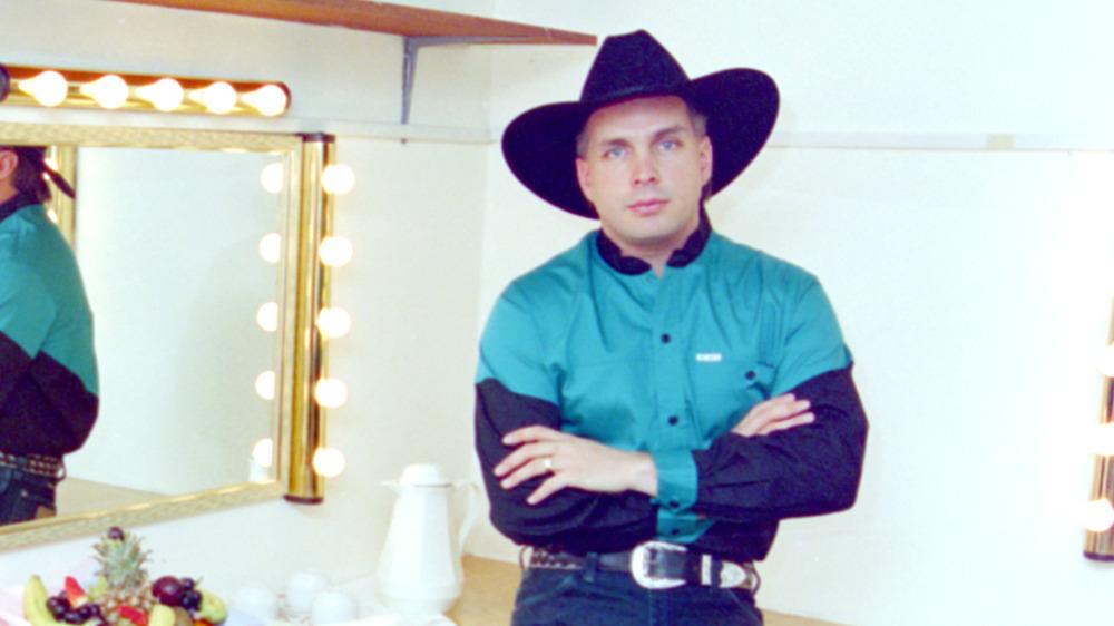 Garth Brooks har på seg vestlig antrekk i 1994