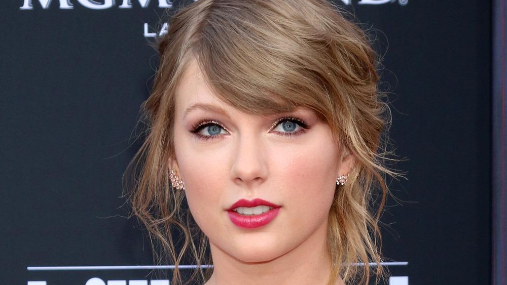 Taylor Swift iført rosa leppestift