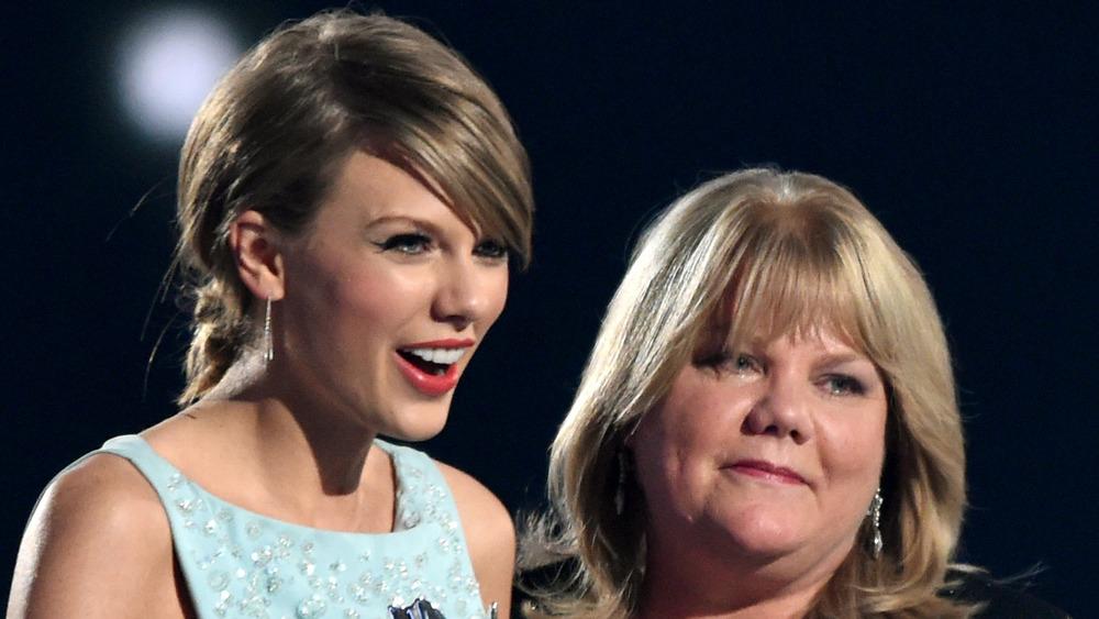 Taylor Swift og moren hennes, Andrea Swift på scenen