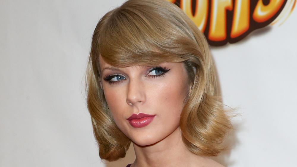 Taylor Swift kaster leppene mens hun poserer på den røde løperen