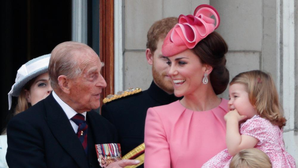 Prins Philip og Kate Middleton ler på balkongen i Buckingham Palace
