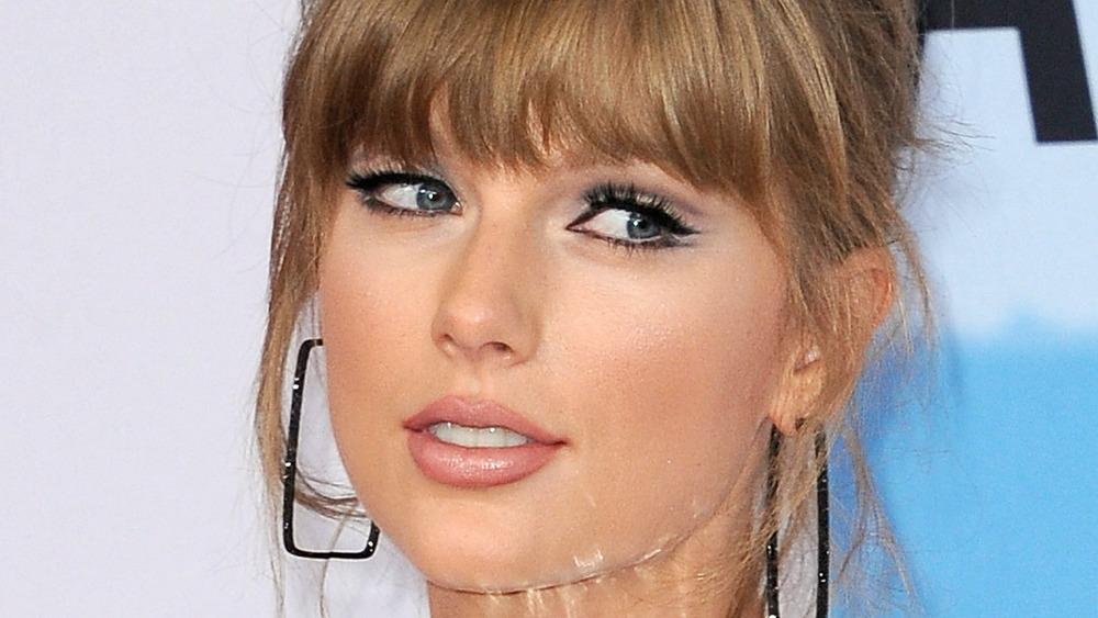Taylor Swift gir side-eye