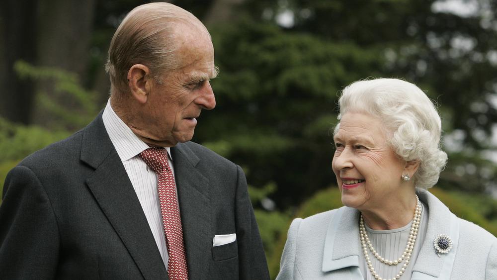 Prins Philip og dronning Elizabeth smiler