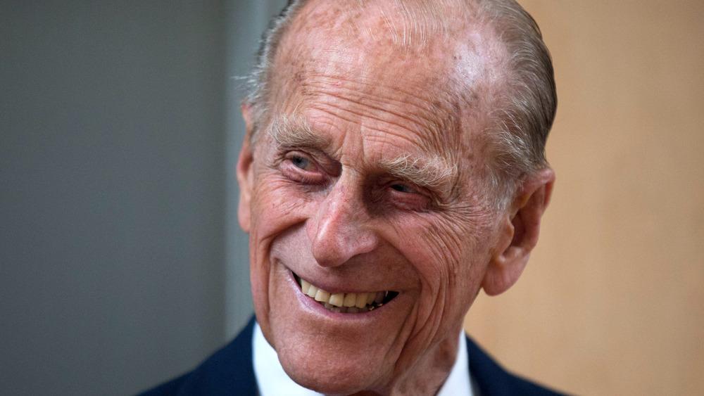 Prins Philip ler av en vits under en offentlig utflukt