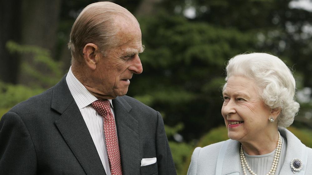 Prins Philip og dronning Elizabeth smiler til hverandre