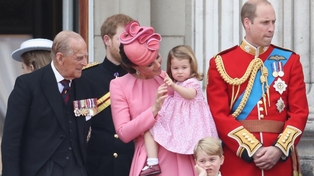 Prins Philip ser på babyen Charlotte