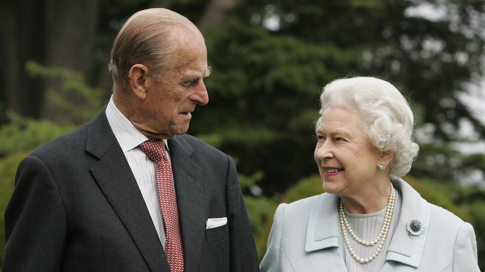 Prins Philip og dronning Elizabeth II smiler til hverandre