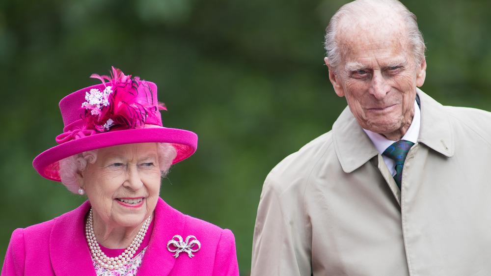 Dronning Elizabeth smiler sammen med prins Philip på et kongelig forlovelse