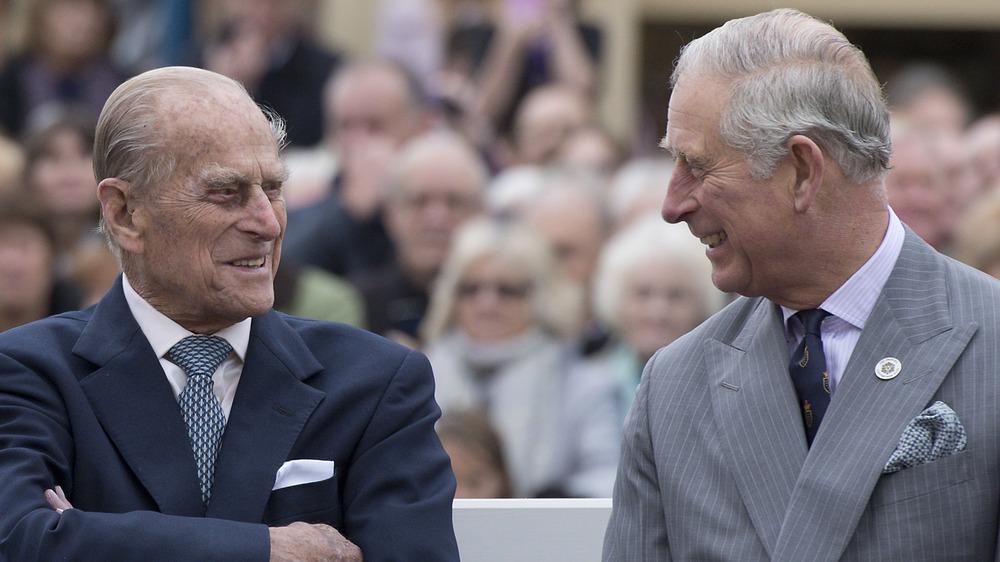 Prins Philip og prins Charles smiler