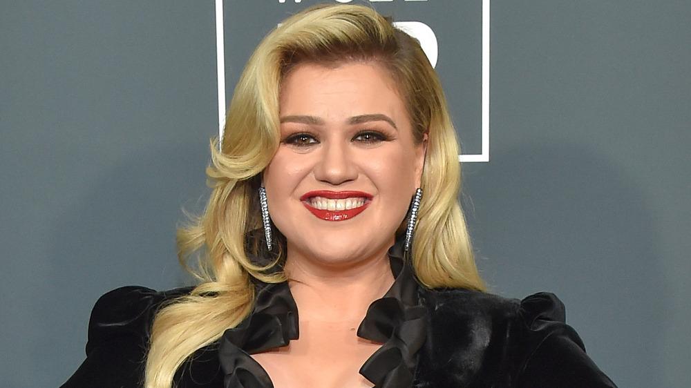 Kelly Clarkson poserer