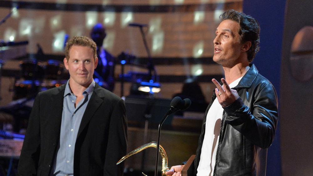 Cole Hauser og Matthew McConaughey på scenen under en pris.