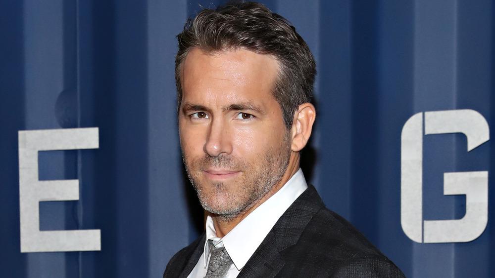 Ryan Reynolds poserer på filmpremiere