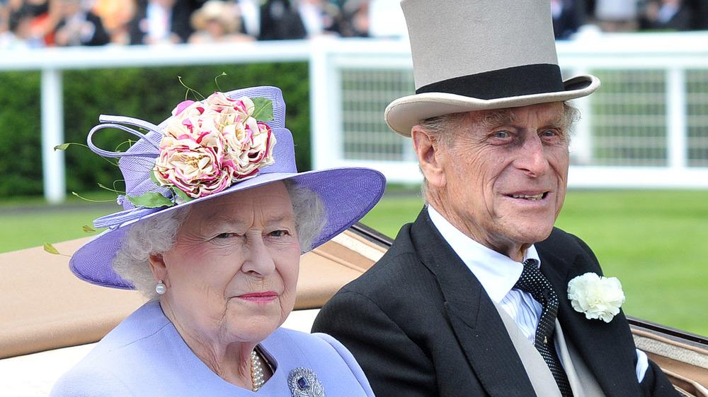 Dronning Elizabeth og prins Philip i en bil