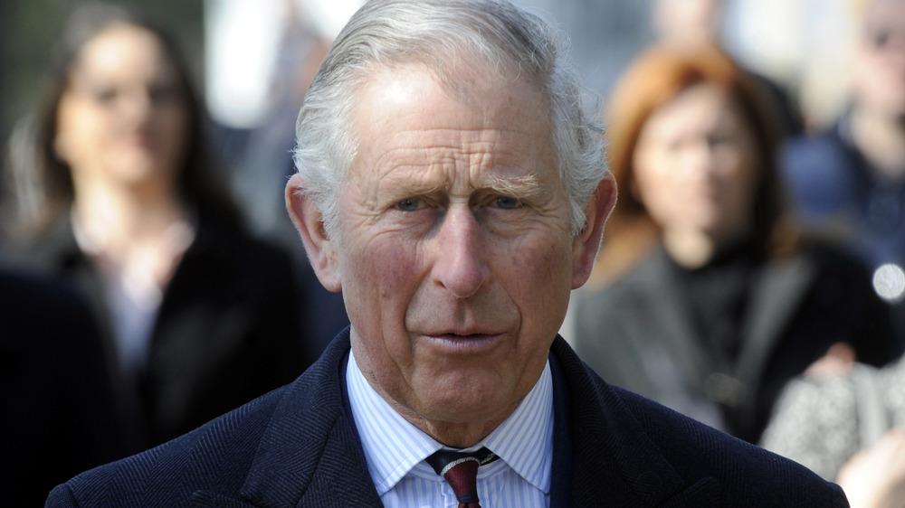 Prins Charles ser streng ut