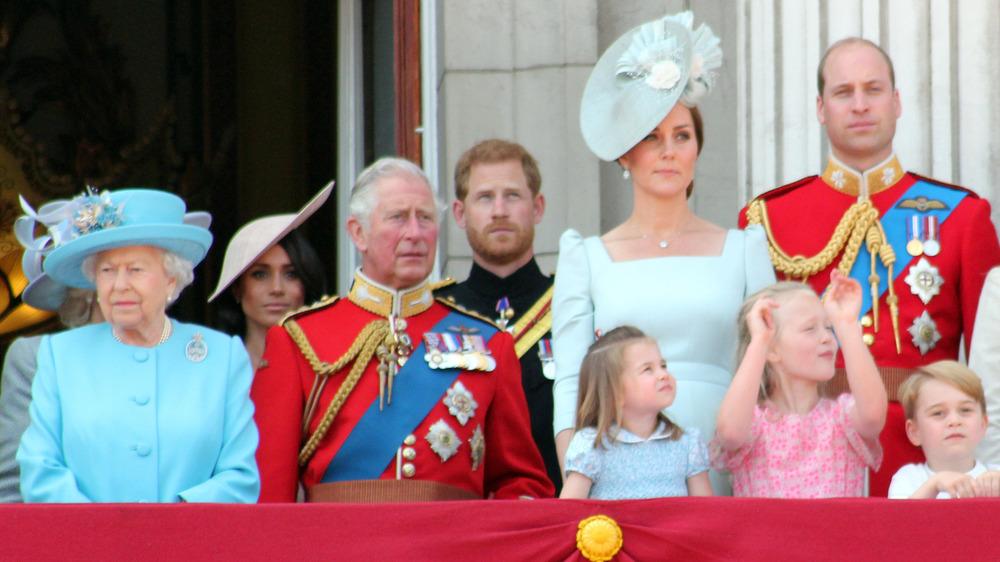 Kongefamilien som står på en balkong
