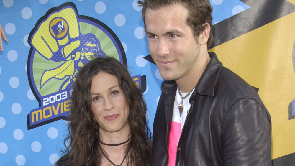 Alanis Morissette og Ryan Reynolds poserer sammen