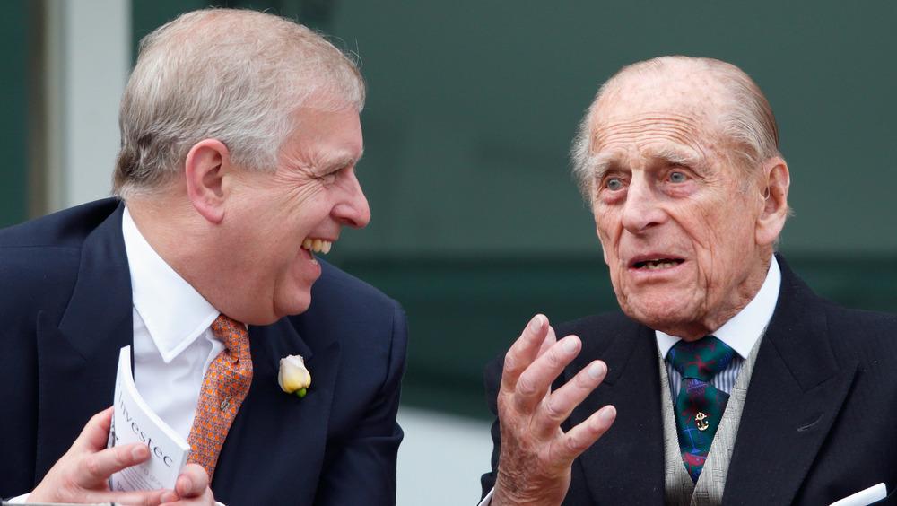 Prins Andrew og prins Philip snakker
