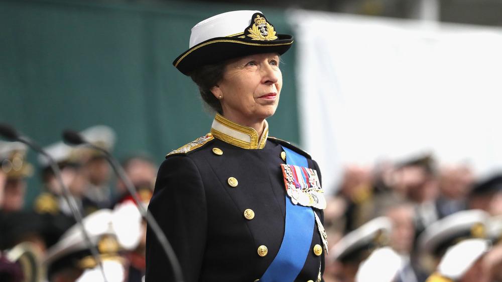 Prinsesse Anne deltar på en seremoni i militær antrekk