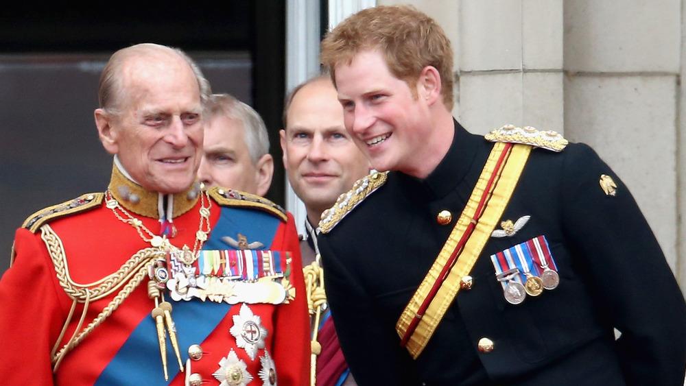Prins Philip og prins Harry iført militæruniformer