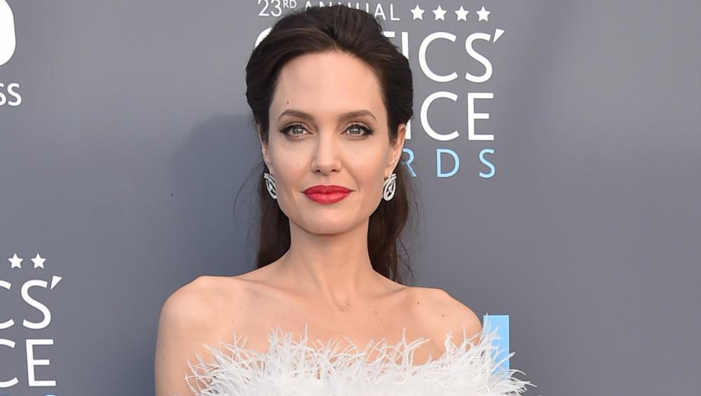 Angelina Jolie poserer for kamera