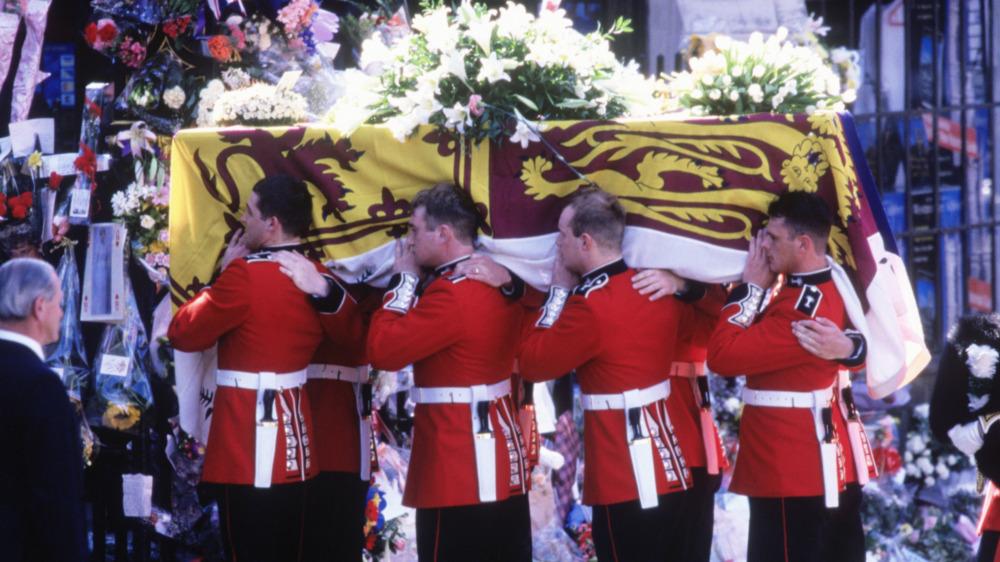 Walisiske vakter bar prinsesse Dianas kiste ved begravelsen hennes