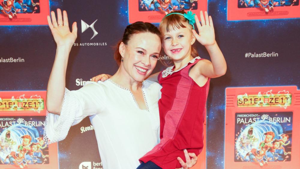 Tami Stronach poserer for bilder med datteren sin