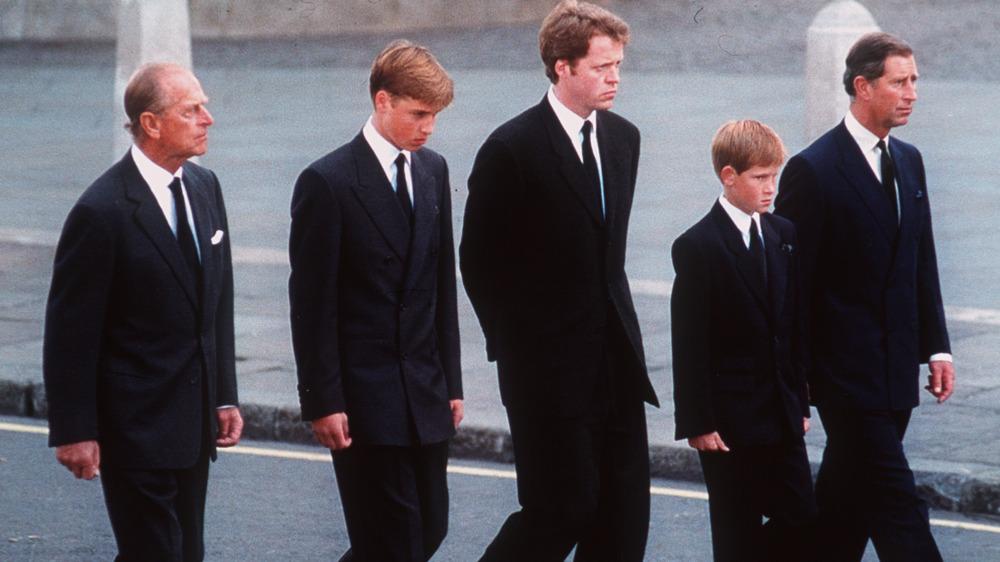 Prins Philip, prins William, Dianas bror Earl Spencer, prins Harry og prins Charles går bak Dianas kiste