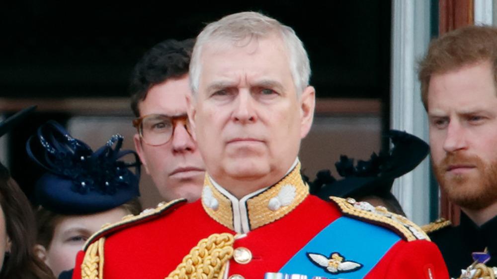 Prins Andrew, stående utenfor med sin familie, i en militær uniform