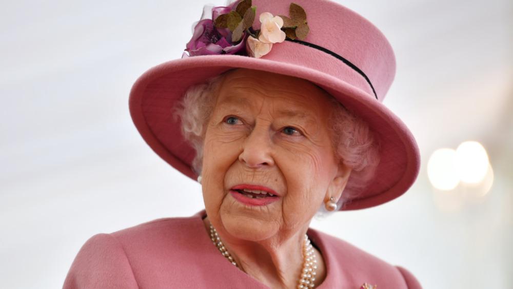 Dronning Elizabeth ser på i 2020