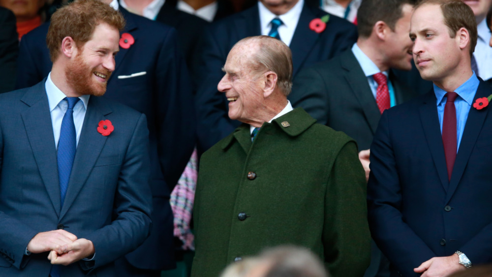 Prins Harry, prins Philip og prins William ler