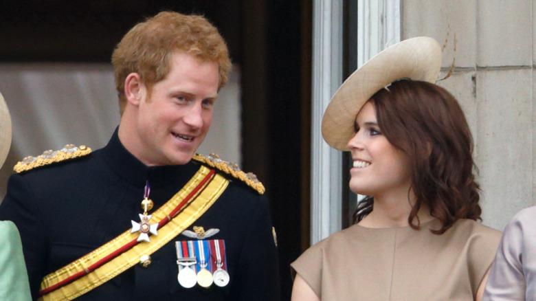 Prins Harry og prinsesse Eugenie snakker og smiler