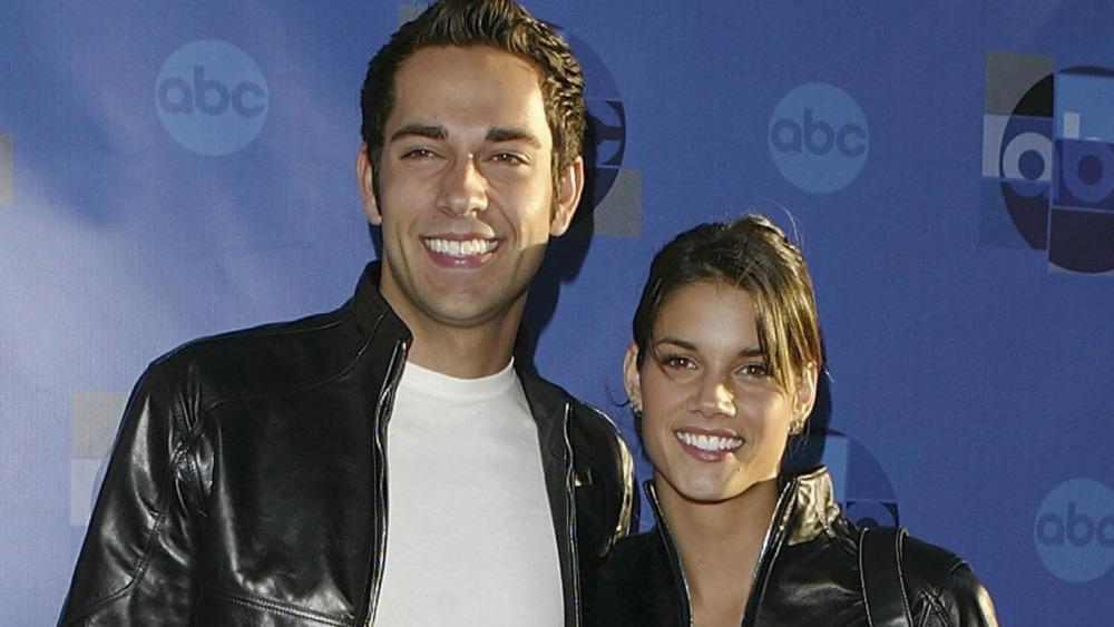 Missy Peregrym og Zachary Levi smiler begge