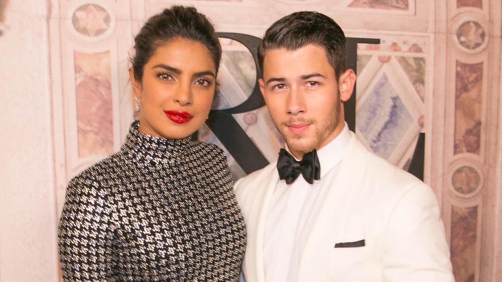 Priyanka Chopra og Nick Jonas poserer sammen