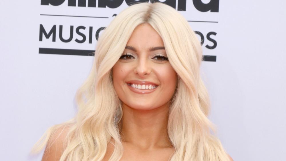 Bebe Rexha smiler på American Music Awards røde løperen