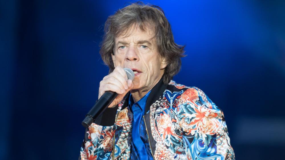 Mick Jagger opptrer på scenen